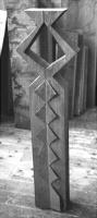 Lothar Rumold: Die Knodel-Stele, 1993, Kiefer, Kupferblech, Wachskreide, H 100 cm