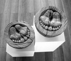 Lothar Rumold: Platonische Begegnungen - Die Füße, 2005, Eiche, D 24 cm