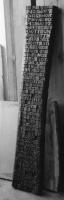 Lothar Rumold: Im Anfang war das Wort, 1995, Eiche (dunkel getönt), 193 x 35 x 6 cm