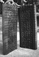 Lothar Rumold: Die Huchel-Bretter, 1997, Esche (gebeizt), Seil, 100 x 80 x 30 cm
