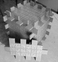 Lothar Rumold: Großer Würfel mit Sestine, 1998, Spanplatte, Karton, 64 x 64 x 64 cm